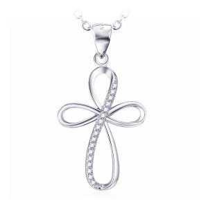 Mooi gevormd kruis van zilver met schitterende zirkonia steentjes